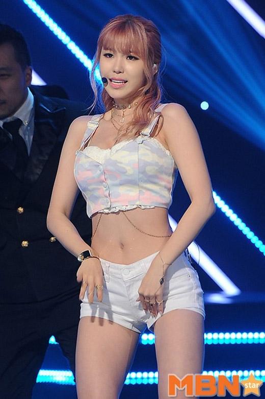 Một sự kết hợp khó hiểu giữa crop top ngắn cũn cùng áo lót ren của Hyosung.