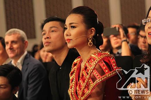 Thanh Hằng và nhà thiết kế Adrian Anh Tuấn chăm chú theo dõi phần thi của từng thí sinh để đánh giá và loại.