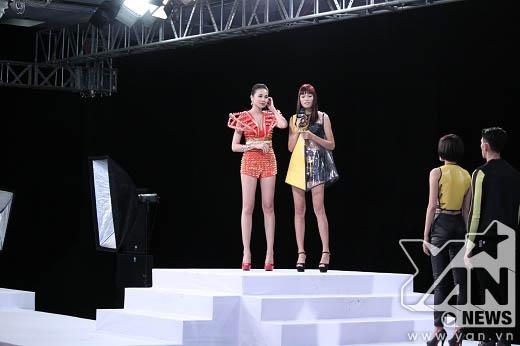 Cô gái chiến thắng nhận chìa khóa của ngôi nhà chung từ tay Thanh Hằng.