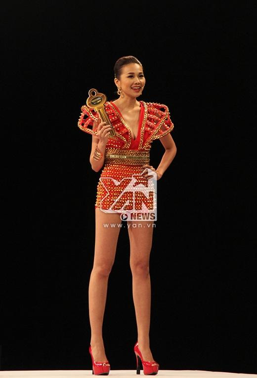 Cô diện bộ trang phục được thiết kế khá kì công bằng những chi tiết dựng tạo khối và đính đinh tán cá tính, nổi loạn. Hoa tai tông vàng ánh kim cùng giày cao gót sắc đỏ tạo nên một tổng thể hài hòa tuyệt đối về màu sắc.