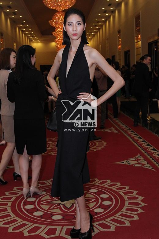 Nguyễn Oanh và Cao Ngân lựa chọn những thiết kế với phom dáng tự do cùng những gấp nếp, dựng phom hiện đại của nhà thiết kế Lê Thanh Hòa. Hai chân dài ngày càng trưởng thành hơn sau khi bước ra từ Vietnam's Next Top Model 2014.