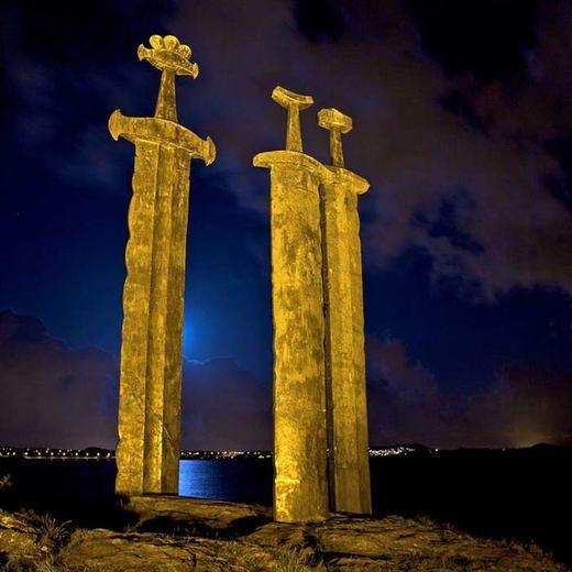 Những chiếc kiếm khổng lồ này chính là một phần của một đài tưởng niệm tại Na Uy.