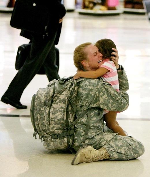 Dù đây chỉ là bức ảnh được một người bình thường vô tình chụp lại nhưng khoảnh khắc cô Terri Gurrola đoàn tụ với con gái của mình sau 7 tháng ở chiến trường I-rắc đã khiến rất nhiều người xúc động.