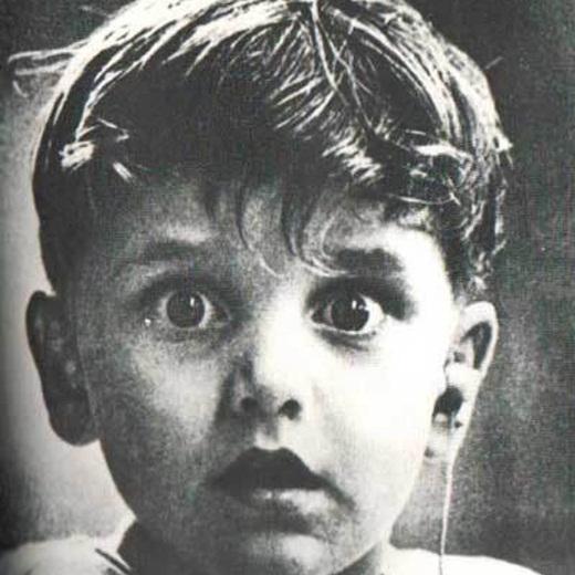 Ánh mắt ngạc nhiên của cậu bé khiếm thính Harold Whittles khi lần đầu tiên nghe được âm thanh nhờ ơn bác sĩ đặt máy trợ thính vào trong tai của cậu. Bức ảnh của nhiếp ảnh gia Jack Bradley đã miêu tả trọn vẹn khoảnh khắc chắc chắn không thể nào quên được đối với cậu bé Harold.