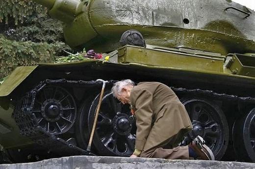 Một cựu chiến binh người Nga xúc động khi nhìn thấy chiếc xe tăng cũ đã từng gắn bó với ông trong những năm tháng chiến đấu. Hiện chiếc xe tăng này đang được trưng bày tại đài tưởng niệm ở một thị trấn nhỏ tại Nga.