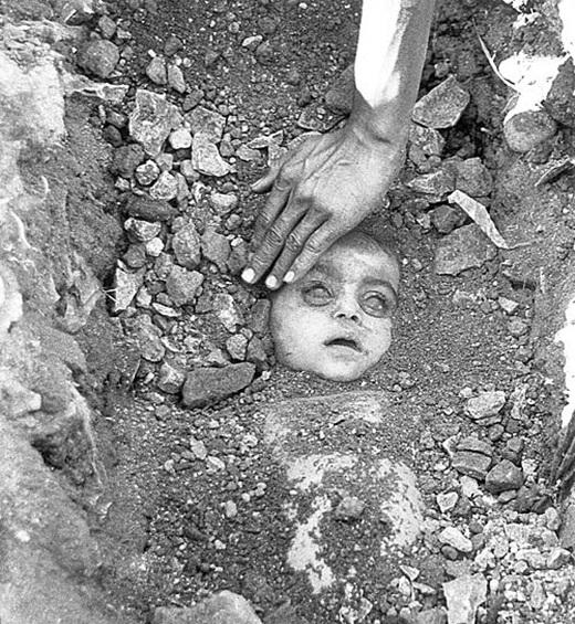 Thi thể của một đứa trẻ được tìm thấy trong đống đổ nát sau một vụ rò rỉ khí gas ở Bhopal, Ấn Độ.