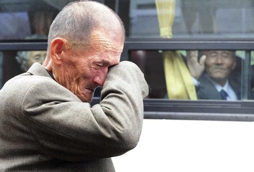Một người đàn ông Triều Tiên đang vẫy tay chào tạm biệt người anh sống ở Hàn Quốc của mình sau một bữa ăn trưa tại khu nghỉ mát núi Kumgang vào ngày 31/10/2010.. 436 người Hàn Quốc đã được phép ở lại Triều Tiên trong 3 ngày để được đoàn tụ với người nhà của mình sau khi đất nước bị chia cắt ra thành Triều Tiên và Hàn Quốc trong chiến tranh 1950-1953.