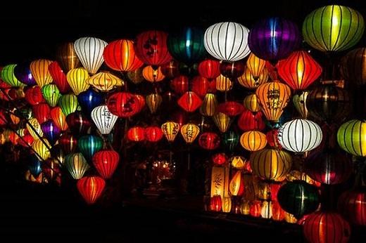 Những chiếc lồng đèn đủ sắc màu là biểu tượng cho phố cổ Hội An. Ban ngày, chúng như những vật trang trí đáng yêu cho khu phố cổ thêm sinh động. Ban đêm, chúng trở nên kiêu sa lộng lẫy khi đua nhau phát ra thứ ánh sáng màu kì diệu dọc con phố nhỏ.
