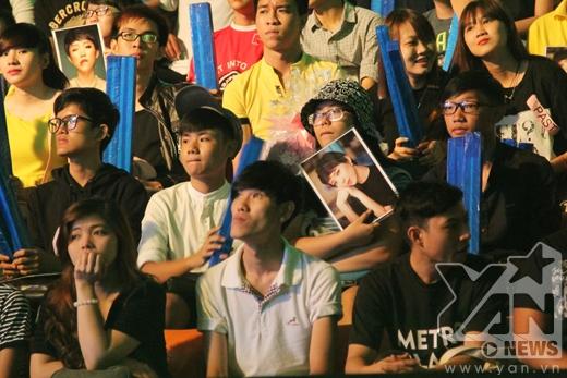 Rất đông người hâm mộ đã đến cổ vũ cho Tóc Tiên cũng như các bạn thí sinh tham gia trong chương trình. - Tin sao Viet - Tin tuc sao Viet - Scandal sao Viet - Tin tuc cua Sao - Tin cua Sao