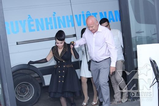 Chồng Thu Minh luôn nắm tay, chăm sóc cô trên đường bước vào nơi ghi hình. - Tin sao Viet - Tin tuc sao Viet - Scandal sao Viet - Tin tuc cua Sao - Tin cua Sao