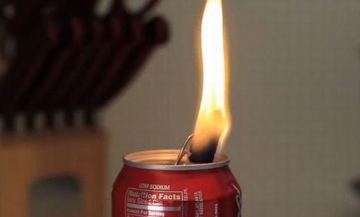 Nếu có dầu thắp, dầu oliu… và có một lon nước ngọt, bạn có thể dùng nó để tạo thành đèn dầu. Chỉ cần thêm một miếng khăn giấy cuộn tròn, một phần chạm dầu và một phần buộc vào miệng lon là bạn đã có thể có một đèn dầu để thắp sáng.