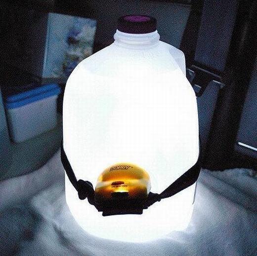 Bạn có thể tạo một chiếc đèn sáng cho mọi người chỉ với chiếc đèn pin và một bình nhựa đục. Việc của bạn là bật chiếc đèn, khoét một lỗ và soi đèn vào rồi cố định nó là được.
