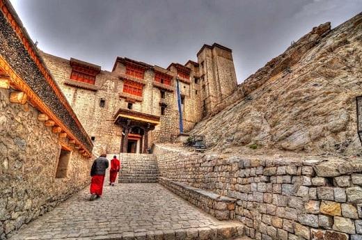 Cấu trúc đáng chú ý bao quanh tầng trệt của cung điện là các Namgyal Stupa nổi bật, bích họa Chandazik Gompa sặc sỡ và Chamba Lhakhang với những mảng tranh tường phong cách trung cổ giữa các bức tường bên trong và bên ngoài.