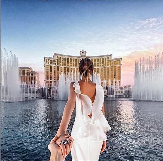 Nơi đầu tiên cặp đôi chạm chân tới của chuyến du lịch trăng mật là thành phốLas Vegashoa lệ. Bức ảnh được chụp tại đài phun nước lúc hoàng hôn ở khách sạnBellagio.