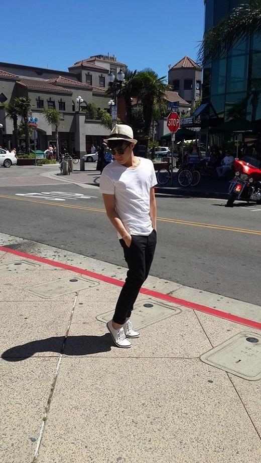 Vẫn là chiếc mũ phớt trẻ trung, quần chinos tinh tế phối hợp ăn ý, đúng chuẩn đơn giản nhưng vẫn cực chất.