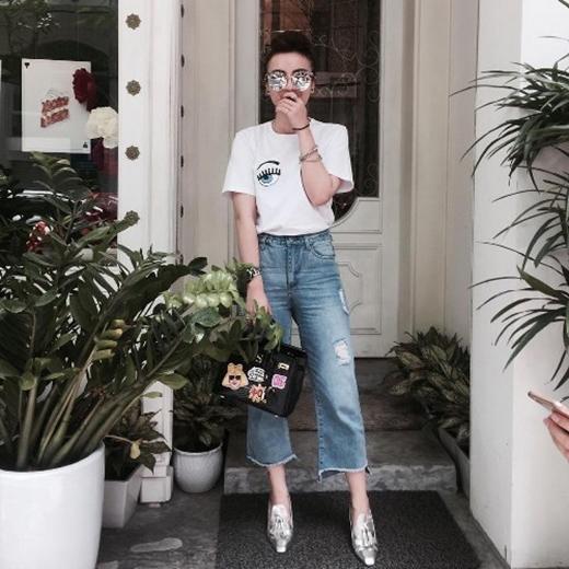 Yến Nhi lại mang đến màu sắc cổ điển trong chiếc quần culottes denim. Mắt kính mặt gương cùng giày cao gót ánh kim tạo nên điểm sáng cho bộ trang phục.