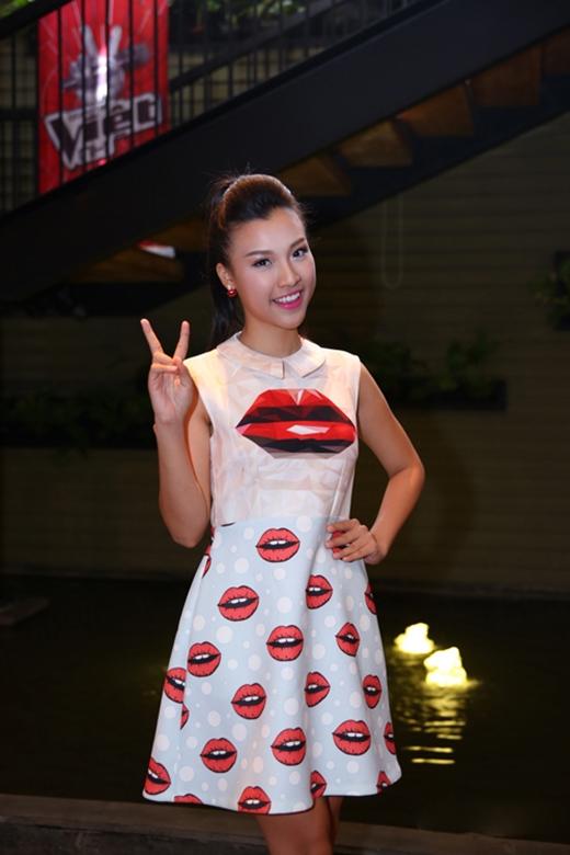 Á hậu Hoàng Oanh diện bộ váy ngắn khá trẻ trung đến với buổi họp báo ra mắt Giọng hát Việt nhí 2015. Họa tiết đôi môi giúp bộ váy của cô nàng trở nên ấn tượng hơn.