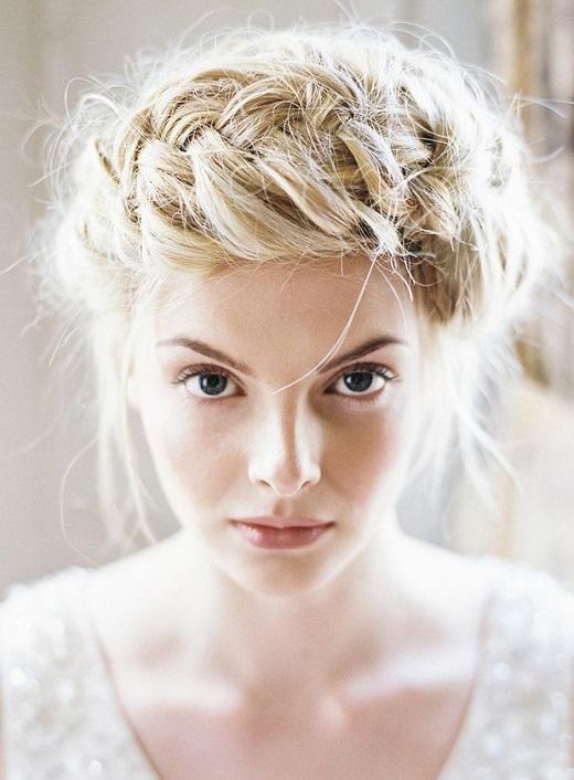 Trông bạn hệt như nàng công chúa bước ra từ câu chuyện cổ tích. Những lọn tóc tết đan xen tạo thành chiếc vương miện độc đáo, cuốn hút.