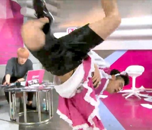 Trang phục vướng víu không hề ngăn cản Sangmin (Cross Gene) thể hiện tài năng nhảy breakdance cực đỉnh.