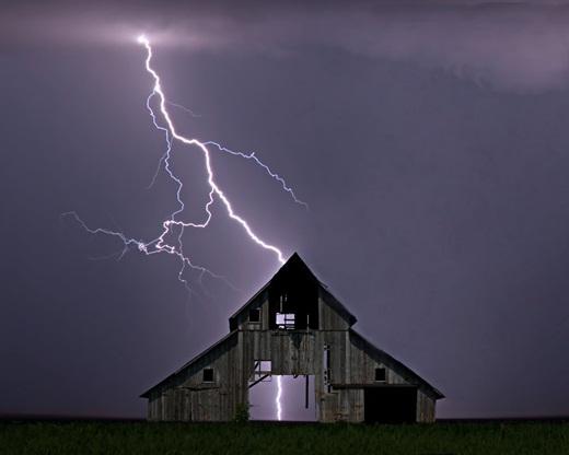 Nếu một tòa nhà bị sét đánh thì sét có thể truyền qua hệ thống điện của cả tòa nhà, đường dây điện thoại, hệ thống ống nước, dây cáp và thậm chí một chiếc ti vi.