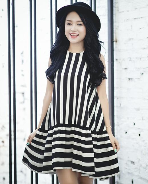 Để tránh cảm giác gò bó, kiểu váy đám mây, váy hạ eo phom rộng cùng những đường kẻ sọc đen trắng sẽ là một gợi ý hoàn hảo.
