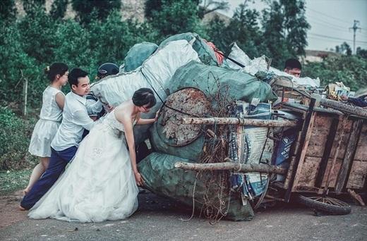 Cô dâu chú rể mặc nguyên bộ đồ cưới giúp đỡ người dân nâng xe đồng nát lên.