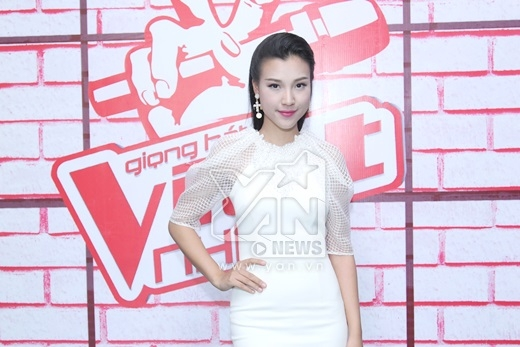 Cô nàng MC xinh đẹp Hoàng Oanh sẽ đảm nhận vai trò nói chuyện cùng các bé thí sinh trong hậu trường. - Tin sao Viet - Tin tuc sao Viet - Scandal sao Viet - Tin tuc cua Sao - Tin cua Sao