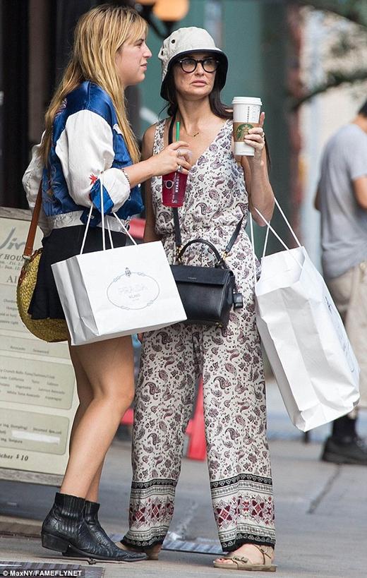 Nữ minh tinh đi mua sắm cùng con gái.