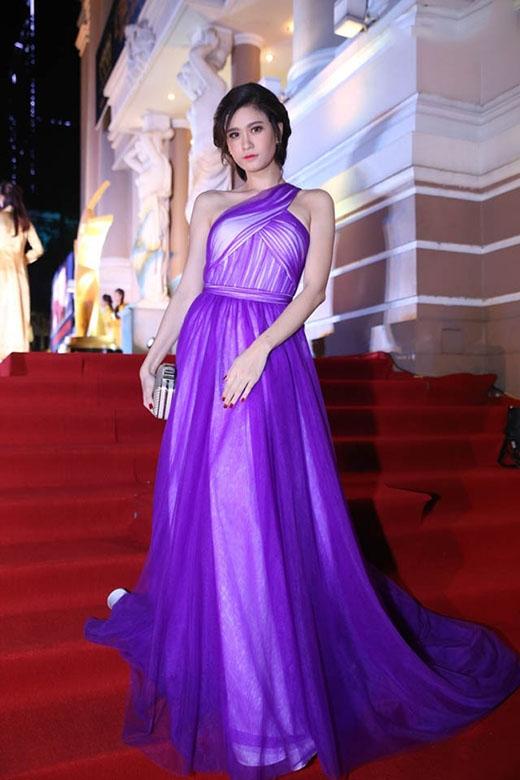 Sắc tím cùng kiểu váy lệch vai mang đến nét trẻ trung, gợi cảm cho cả á hậu Huyền My và ca sĩ Trương Quỳnh Anh.