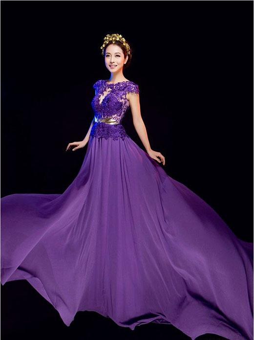 """Vẫn với sắc tím, Huyền My lại """"đụng hàng"""" với đàn chị Jennifer Phạm trong bộ ảnh thời trang. Nếu như Á hậu Việt Nam 2014 mang đến sự tươi tắn, đơn giản thì Hoa hậu châu Á tại Mỹ lại thể hiện màu sắc quí tộc sang trọng bằng những phụ kiện ánh kim đi kèm."""