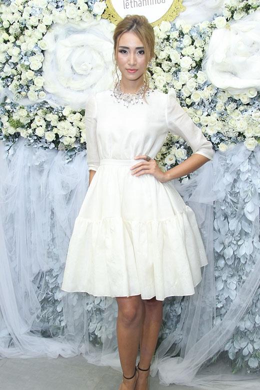 Cùng diện chiếc váy xòe ngắn mang màu sắc cổ điển, thanh lịch nhưng Huyền My lại lấn át Trang Khiếu bởi tông trang điểm tự nhiên, phù hợp với độ tuổi. Trong khi đó, kiểu tóc rối cùng màu mắt xanh khiến quán quân Vietnam's Next Top Model 2010 trông già hơn hẳn.