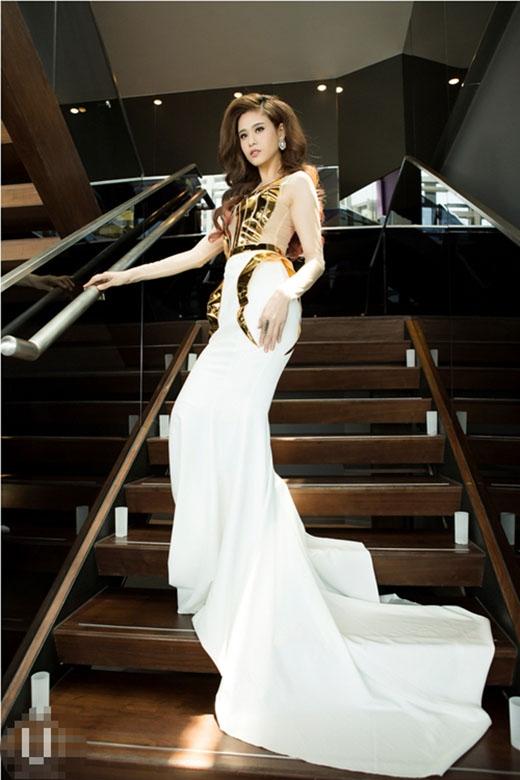 Nữ ca sĩ Ái Phương và Trương Quỳnh Anh cùng diện bộ váy đuôi cá tông trắng thanh lịch tạo điểm nhấn bằng những chi tiết ánh kim nổi bật ở phần ngực và hông váy.