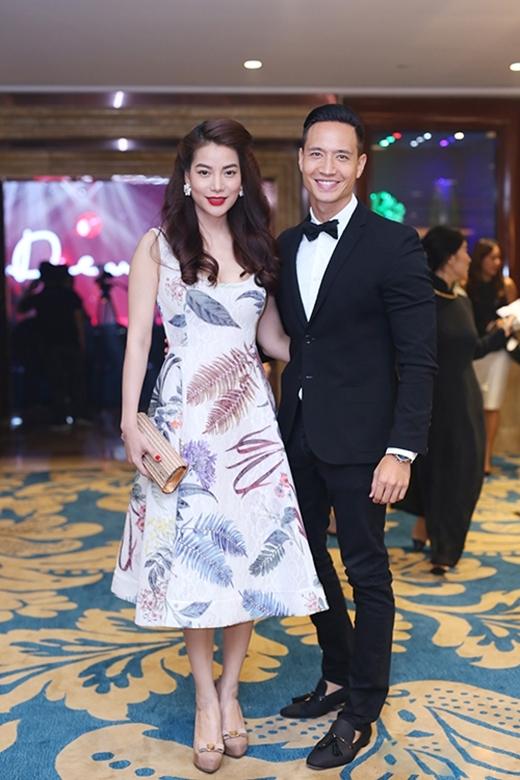 Bộ váy xòe được thực hiện bởi chất liệu ren ép lưới hợp xu hướng của nhà thiết kế Công Trí mang hai màu sắc riêng biệt khi được chọn diện bởi Ninh Dương Lan Ngọc và Trương Ngọc Ánh.