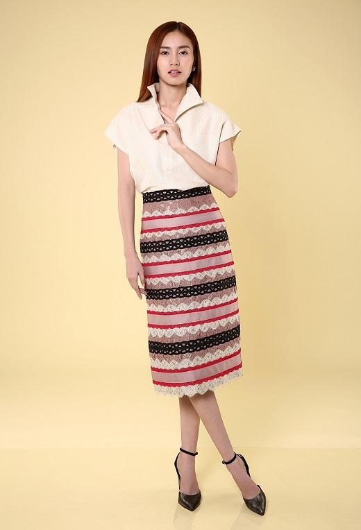 Bộ cánh tưởng chừng như ngẫu hứng nhưng thực tế lại là sự tính toán hợp lý, tạo thành những đường sọc hài hòa về màu sắc xuyên suốt thân váy mềm mại.