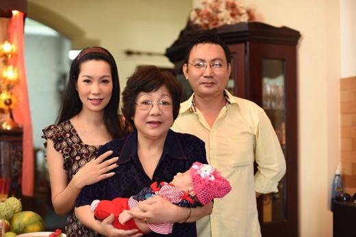 Mẹ của Trịnh Kim Chi cũng có mặt để chúc mừng hạnh phúc của con gái và được bên cạnh cháu. - Tin sao Viet - Tin tuc sao Viet - Scandal sao Viet - Tin tuc cua Sao - Tin cua Sao