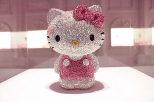 Phiên bản duy nhất của chú mèo Hello Kitty trị giá 163.000 đô la Mỹ (khoảng 350 triệu đồng), đã được bán vào tháng 12 tại một trung tâm thương mại ở Nhật Bản. Chú mèo Kitty nặng 590 gram làm từ bạch kim và được đính những viên đá hồng ngọc, ngọc bích màu hồng, ngọc topaz xanh đều khiến mọi người trầm trồ ngay từ lần đầu nhìn thấy.