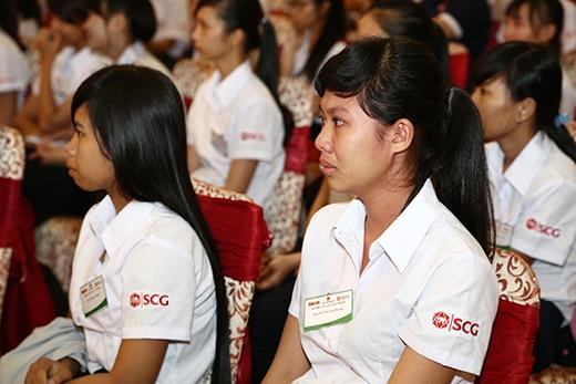 Cả những em được nhận học bổng cũng khóc nức nở khi nghe các bạn nói hộ lòng mình.