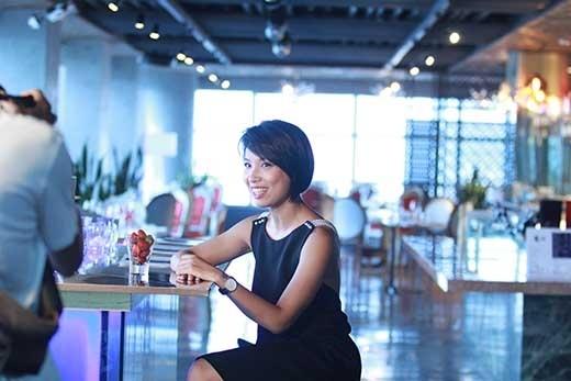 Thùy Minh chính là cấu nối đáng yêu giữa cô gái tham gia Một Ngày Mới đến với các chuyên gia làm đẹp đồng hành cùng chương trình trong mùa thứ 5 với chủ đề The First Date.