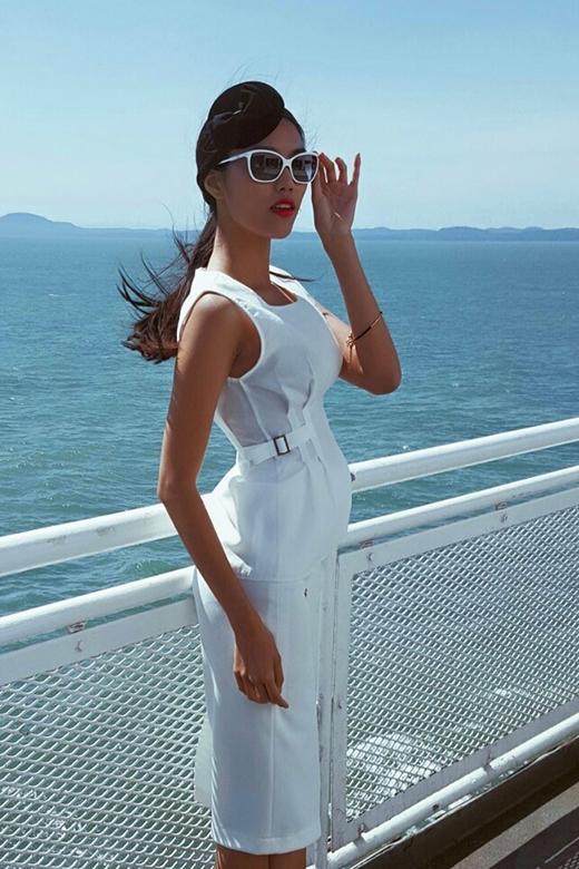Bộ trang phục với tông trắng khá độc đáo củaLan Khuêgợi nhớ đến hình ảnh của những quý cô thập niên 90.