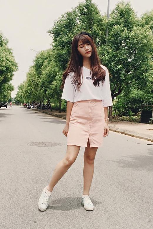Quỳnh Anh Shyn trẻ trung, năng động kết hợp giữa chân váy kaki cài cúc giữa cùng áo phông trắng tay lửng.