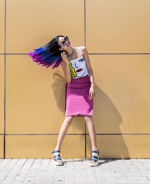 Sắc hồng, vàng, xanh từ bộ trang phục kết hợp với kiểu tóc loang màu tạo nên một tổng thể sinh động về màu sắc cho chân dài Hoàng Thùy.