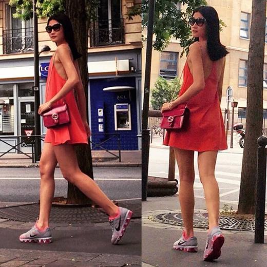 Kha Mỹ Vân khoe lưng trần gợi cảm cùng đôi chân dài đáng mơ ước trong chiếc váy chữ A tông đỏ cam được thực hiện trên nền chất liệu voan lụa mềm mại. Tuy nhiên, cô nàng lại chọn phối bộ trang phục nữ tính, gợi cảm cùng giày thể thao năng động, cá tính.