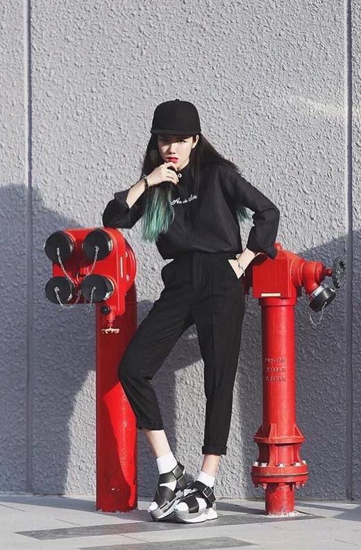 Phương Ly vẫn trung thành với sắc đen cùng những bộ trang phục cá tính mang chút hơi thở của phong cách menswear.