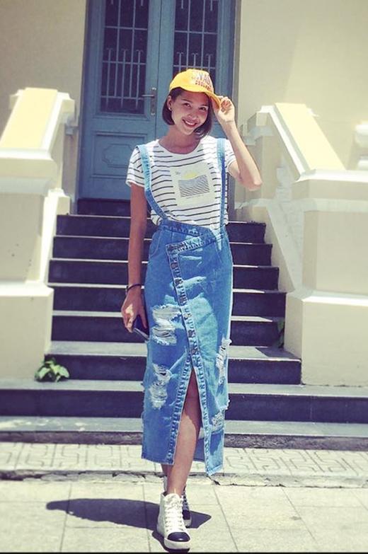 Váy yếm jeans denim của chân dài Minh Triệu trông khá lạ mắt bởi cấu trúc bất đối xứng. Cô phối cùng chiếc áo phông kẻ sọc ngang. Sự kết hợp giữa 3 tông màu xanh, vàng, trắng tạo sự liên tưởng đến hình ảnh của những chú minions cực đáng yêu.