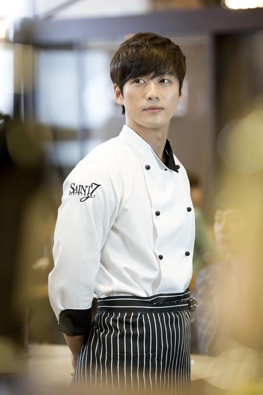 Trong bộ phim The Girl Who Sees Smells, Nam Gong Min vào vai một đầu bếp điển trai và vui tính, thế nhưng đằng sau lớp vỏ bọc đầu bếp ấy lại đang che giấu một bí mật kinh khủng không người nào muốn biết.