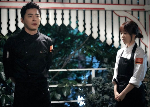 Anh chàng đầu bếp Jo Jung Suk trong bộ phim Oh My Ghost hiện đang nhận được rất nhiều sự yêu thích của khán giả, đặc biệt là phái yếu. Là một anh chàng đẹp trai và hiền lành, rất nghiêm túc trong công việc nhưng đôi khi anh lại phải bó tay trước cô nàng Park Bo Young.