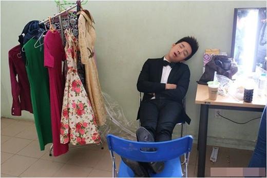 MC Trấn Thành hồn nhiên ngủ trong hậu trường. - Tin sao Viet - Tin tuc sao Viet - Scandal sao Viet - Tin tuc cua Sao - Tin cua Sao