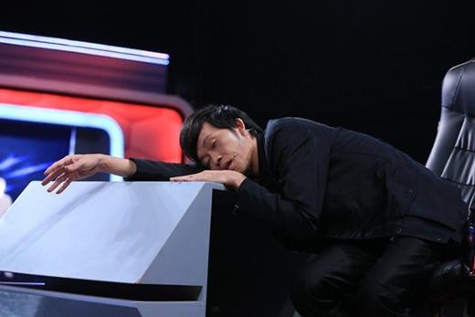 Danh hài Hoài Linh cũng tranh thủ ngủ trước khi giờ ghi hình bắt đầu. - Tin sao Viet - Tin tuc sao Viet - Scandal sao Viet - Tin tuc cua Sao - Tin cua Sao