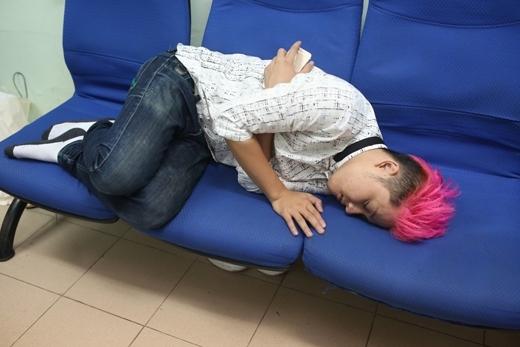 Và ca sĩ Thanh Duy ngủ trên ghế. - Tin sao Viet - Tin tuc sao Viet - Scandal sao Viet - Tin tuc cua Sao - Tin cua Sao