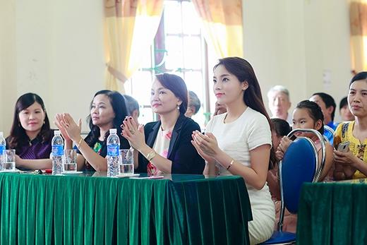 Kỳ Duyên cùng mẹ trong chuyến đi từ thiện... - Tin sao Viet - Tin tuc sao Viet - Scandal sao Viet - Tin tuc cua Sao - Tin cua Sao